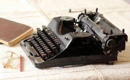 Weinleseschreibmaschine, Gläser, Bleistifte und Anmerkungsbücher Stockbild
