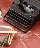 Weinleseschreibmaschine, Gläser, Bleistifte und Anmerkungsbücher Lizenzfreies Stockbild