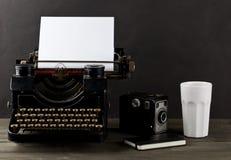 Weinleseschreibmaschine mit leerem, leerem Blatt Papier, Kamera, Schale Lizenzfreie Stockfotos