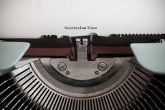 Weinleseschreibmaschine mit Wörtern - curriculum vitae stockbild