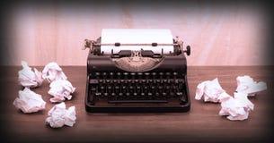 Weinleseschreibmaschine und alte Bücher Lizenzfreies Stockfoto