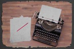 Weinleseschreibmaschine und alte Bücher Lizenzfreies Stockbild