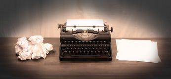 Weinleseschreibmaschine und alte Bücher Lizenzfreie Stockfotos