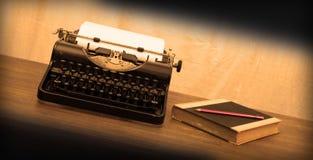 Weinleseschreibmaschine und alte Bücher Stockbild
