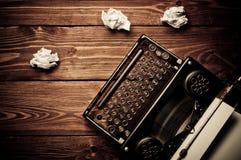 Weinleseschreibmaschine und ein leeres Blatt Papier stockbilder