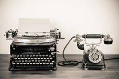 Weinleseschreibmaschine und -telefon Stockfotos
