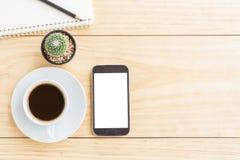 Weinleseschreibtischtabelle mit Smartphone, Notizbüchern, Bleistift und einem Tasse Kaffee lizenzfreie stockfotografie