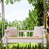Weinleseschwingen und hellrosa Blumenkissen Stockfoto