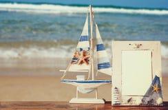 Weinleseseerahmen mit Starfish auf Holztisch Lizenzfreies Stockfoto