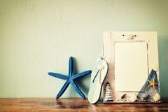 Weinleseseerahmen mit Starfish auf Holztisch Retro- gefiltertes Bild Lizenzfreies Stockbild