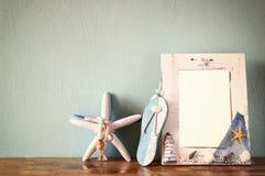 Weinleseseerahmen mit Starfish auf Holztisch Retro- gefiltertes Bild Stockbild
