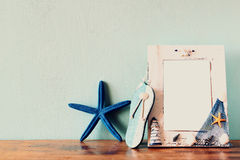 Weinleseseerahmen mit Starfish auf Holztisch Retro- gefiltertes Bild Stockfoto