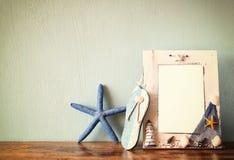 Weinleseseerahmen mit Starfish auf Holztisch Retro- gefiltertes Bild Stockbilder