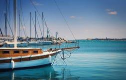 Weinlesesegelboot im Hafen Stockfotografie