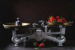 Weinleseskalen mit Erdbeeren stockbilder