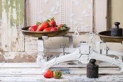 Weinleseskalen mit Erdbeeren lizenzfreies stockfoto