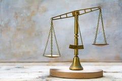 Weinleseskalen von Gerechtigkeit aus Balance heraus Stockfotos