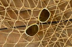 Weinlesesonnenbrille und Baumschleppnetz Abstrakte natürliche Hintergründe mit alter Pappbeschaffenheit Stockfotografie