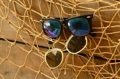 Weinlesesonnenbrille und Baumschleppnetz Abstrakte natürliche Hintergründe mit alter Pappbeschaffenheit Stockfotos