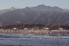 Weinlesesonnenuntergang auf Stärke dei marmi Strand lizenzfreie stockfotografie