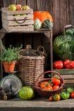Weinlesespeiseschrank mit geerntetem Gemüse und Früchten Stockbild