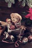 Weinlesespielwaren für Weihnachten in der alten Holzkiste Stockbilder