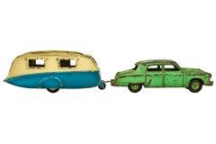 Weinlesespielzeugauto mit dem Wohnwagen lokalisiert auf Weiß Stockfotos