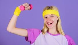 Weinlesesportkonzept Frau, die mit Dumbbells trainiert Einfache Übungen mit Dummköpfen Training mit Dumbbells biceps stockfotos
