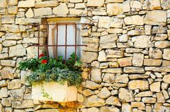 Weinlesesteinwand mit wenigem Fenster Stockfotos
