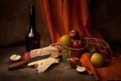 Weinlesestillleben mit Alkohol und Äpfeln Stockfotografie