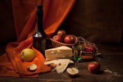 Weinlesestillleben mit Alkohol und Äpfeln Stockbild