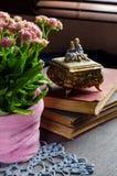 Weinlesestillleben mit Büchern und blühendem Kalanchoe Lizenzfreies Stockbild