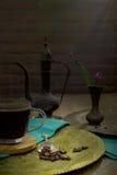 Weinlesestillleben mit Haufen von Kaffeebohnen nähern sich altem Kupfer Lizenzfreie Stockfotos