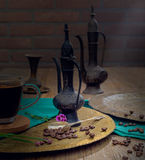 Weinlesestillleben mit Haufen von Kaffeebohnen nähern sich altem Kupfer Stockfotografie