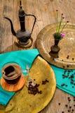 Weinlesestillleben mit Haufen von Kaffeebohnen nähern sich altem Kupfer Lizenzfreie Stockfotografie