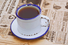 Weinlesestillleben mit Kaffeetasse auf der alten Zeitung Lizenzfreies Stockfoto