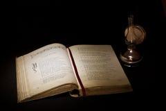 Weinlesestillleben mit offenem altem Buch Lizenzfreies Stockbild