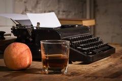 Weinlesestillleben mit Schreibmaschine Stockfotos