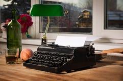 Weinlesestillleben mit Schreibmaschine Stockbild