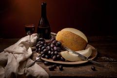 Weinlesestillleben mit Wein und Melone Lizenzfreies Stockfoto
