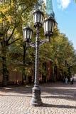 Weinlesestraßenbeleuchtung an der Straße der alten Stadt in Riga, Lettland stockbild