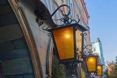 WeinleseStraßenlaterne auf der Straße der Abend Lizenzfreies Stockbild