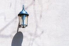 WeinleseStraßenlaterne auf der Wand Stockfotografie