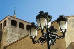 WeinlesestraßenlaterneLaterne vor alten historischen Fassadenwänden spanien Stockbild