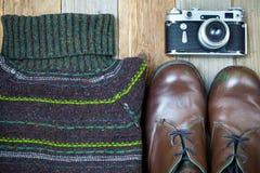 Weinlesestrickjacke, Schuhe, antike Entfernungsmesserkamera Lizenzfreie Stockbilder