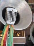 Weinlesestudiomikrofon und das Messinghorn des Grammophons stockfotografie