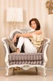 Weinlesestuhl und reizvolles Mädchen. Lizenzfreie Stockbilder