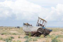 Weinleseszene mit den alten getragenen Booten an Land gesehen Lizenzfreies Stockbild