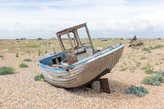 Weinleseszene mit den alten getragenen Booten an Land gesehen Lizenzfreies Stockfoto