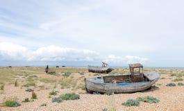 Weinleseszene mit den alten getragenen Booten an Land gesehen Stockfotografie